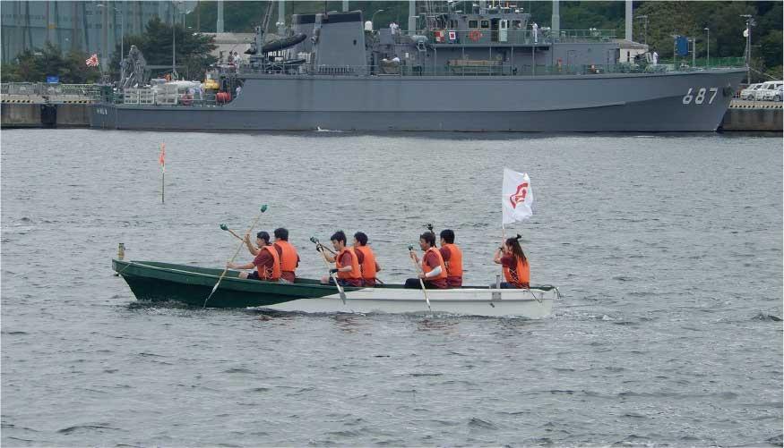 舟漕ぎをするチーム栗林商会